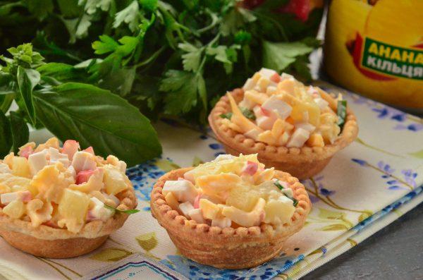 Тарталетки с ананасом и крабовыми палочками
