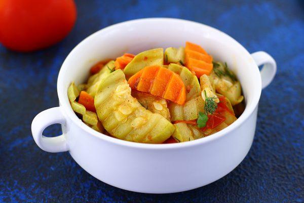 Кабачки, тушенные с морковью и помидорами