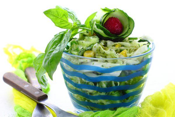 Салат с капустой, свежими огурцами и кукурузой