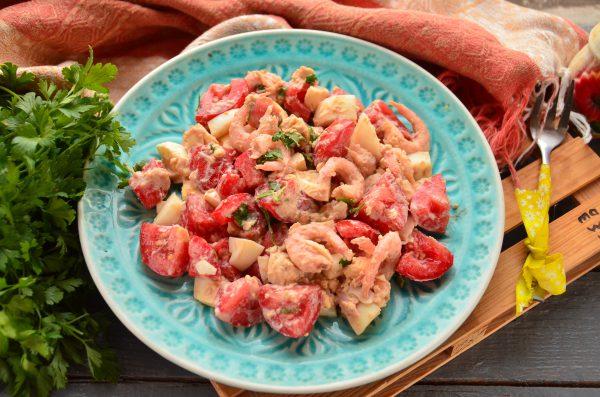 Салат с креветками, помидорами и яйцами