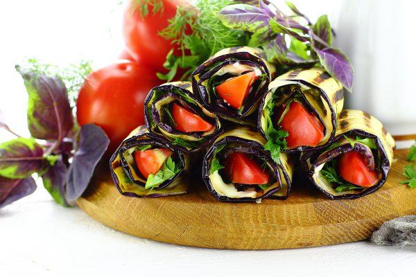 Язычки из баклажанов с чесноком и помидорами