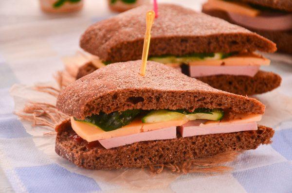 Бутерброды с вареной колбасой, сыром и огурцом