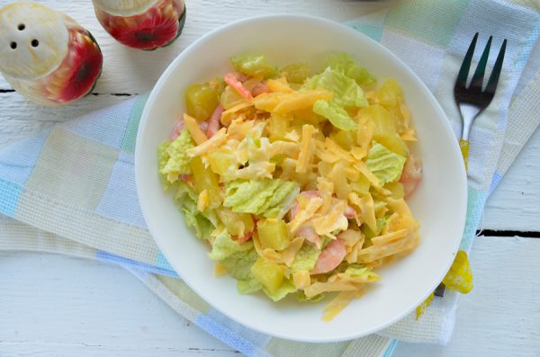 Салат с ананасом, креветками и сыром