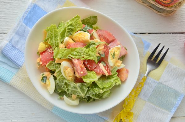 Салат с перепелиными яйцами и помидорами