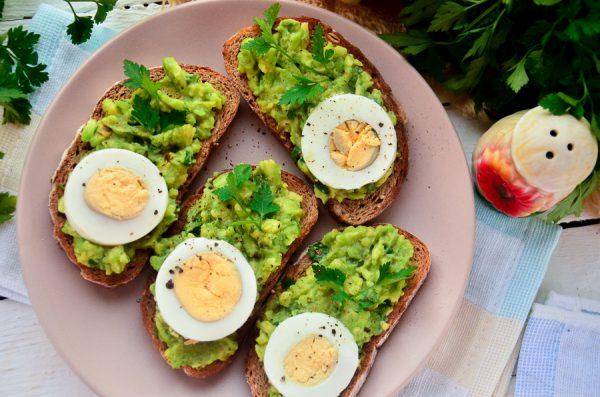 Брускетта с авокадо и яйцом