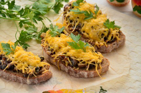 Горячие бутерброды с грибами и сыром