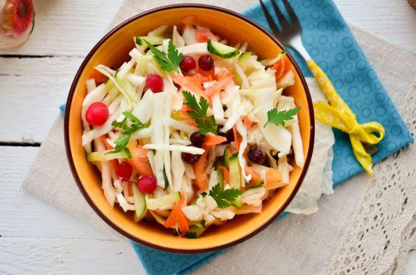 Салат из свежей капусты с клюквой
