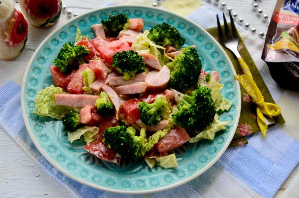 Салат с брокколи, ветчиной и помидором