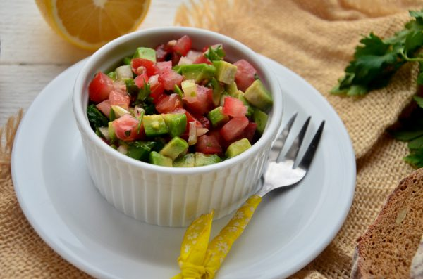 Сальса с авокадо и помидором