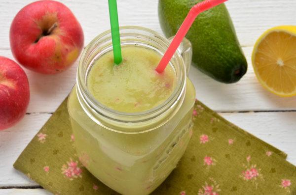 Смузи из авокадо и яблока