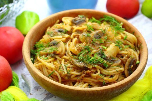 Спагетти с грибами и фаршем