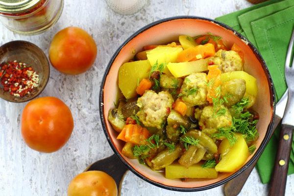 Фрикадельки с грибами и картошкой в духовке
