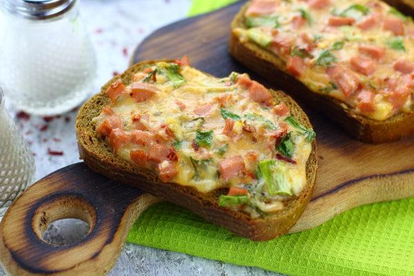 Горячие бутерброды с сосисками и сыром