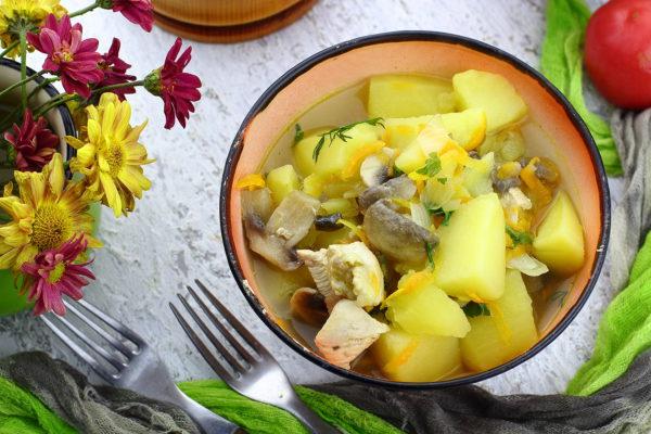 Картошка, тушенная с грибами и курицей