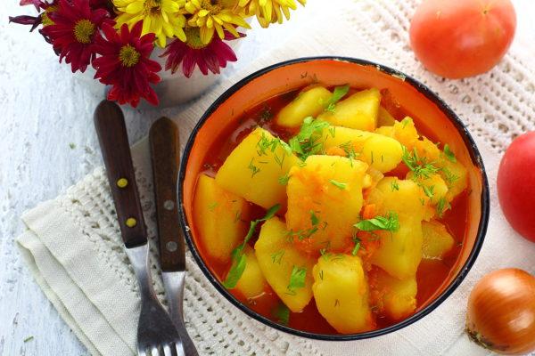 Картошка, тушенная с томатной пастой