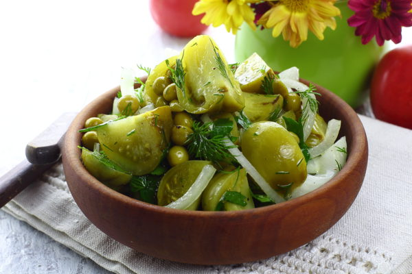 Салат из зеленых маринованных помидоров