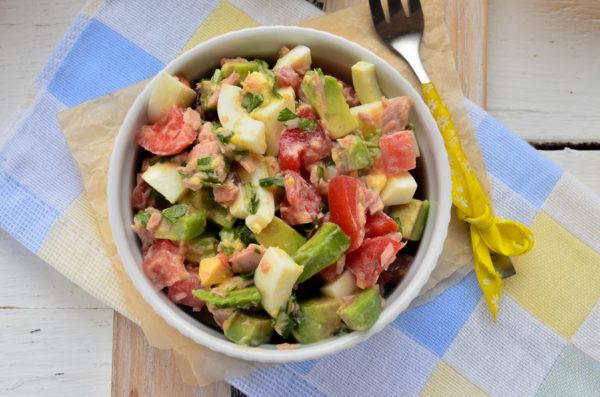 Салат с авокадо, тунцом и помидорами