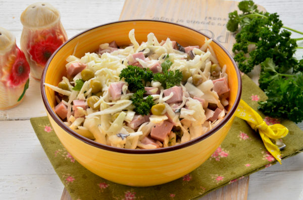 Салат с колбасой, капустой и горошком