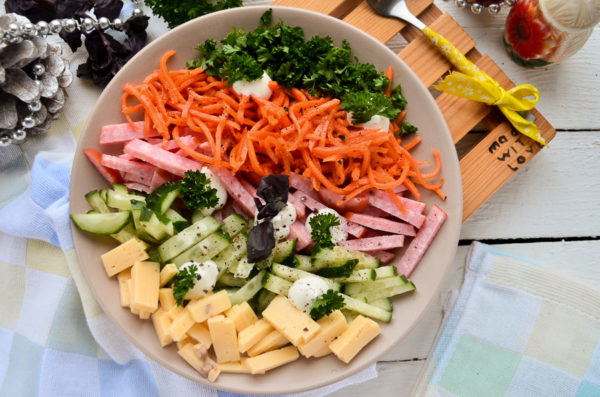 Салат с корейской морковью и колбасой