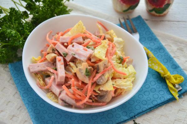 Салат с морковью по-корейски, колбасой и грибами