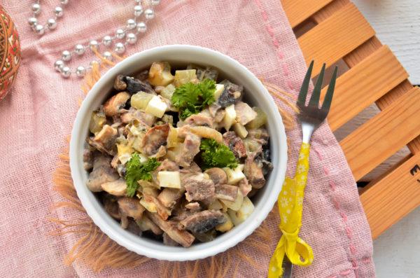 Салат с языком и жареными грибами