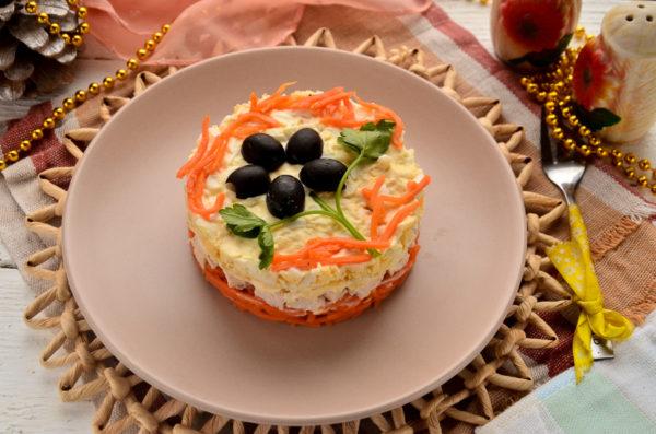 Слоеный салат с курицей и плавленым сыром