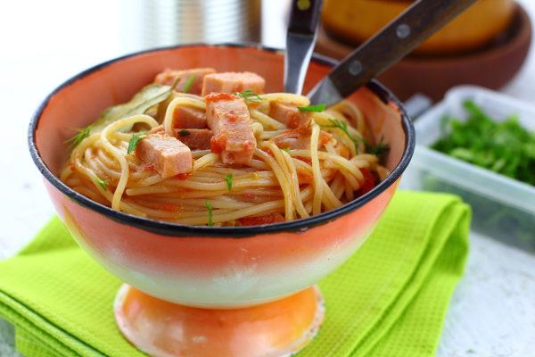 Спагетти с колбасой