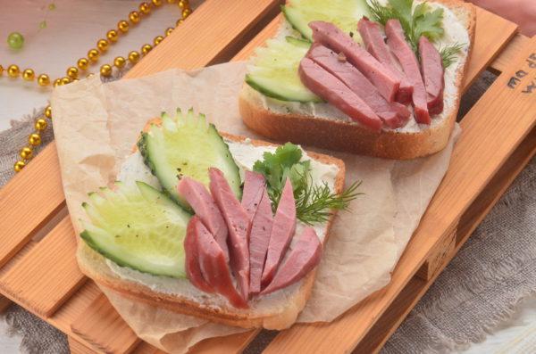 Бутерброды с говядиной и творожным сыром