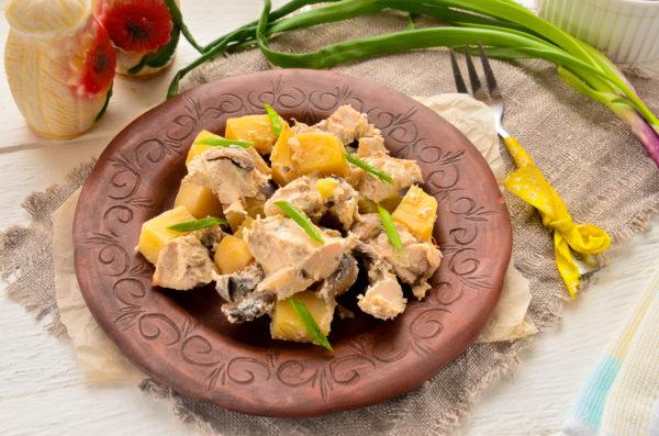 Картошка с грибами и курицей в горшочках