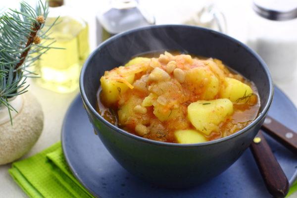 Картошка, тушенная с консервированной фасолью