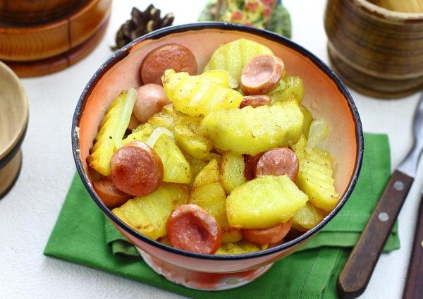 Картошка, жаренная с сосисками