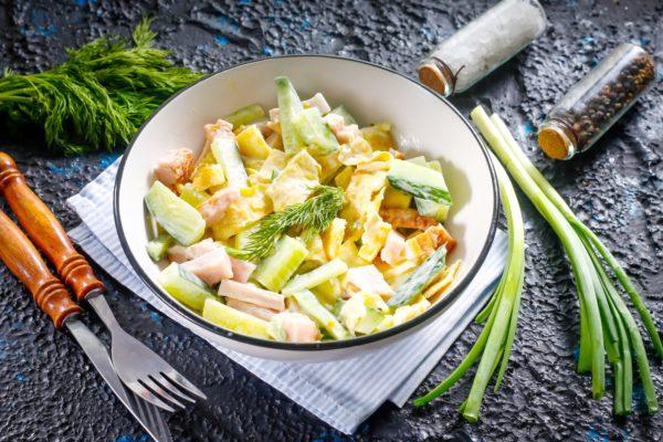 Салат из копченой грудинки и огурца с яичными блинчиками