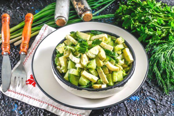 Салат с авокадо, огурцом и камамбером