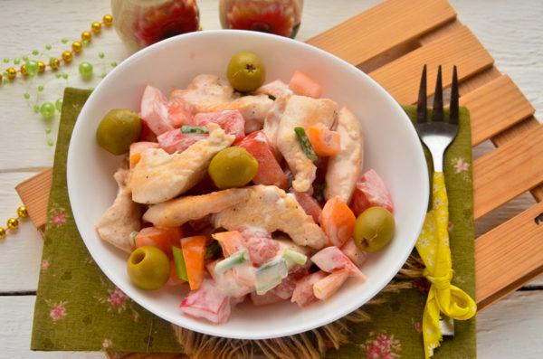 Салат с курицей, овощами и сметаной
