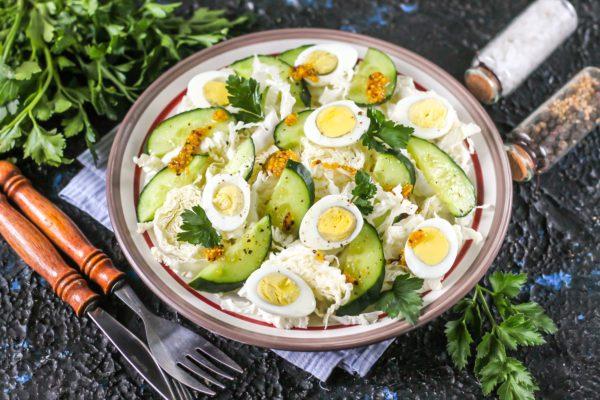 Салат с пекинской капустой и перепелиными яйцами