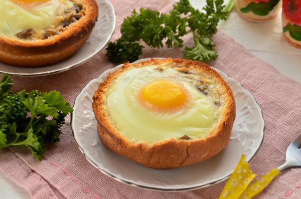 Булочка с яйцом и сыром в духовке