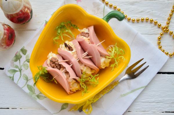 Рулетики из колбасы с сыром и чесноком
