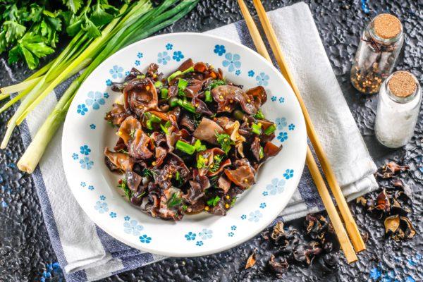 Салат из сушеных древесных грибов
