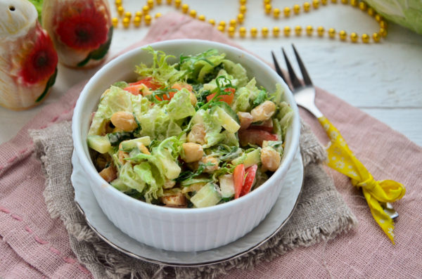 Салат с пекинской капустой и арахисом