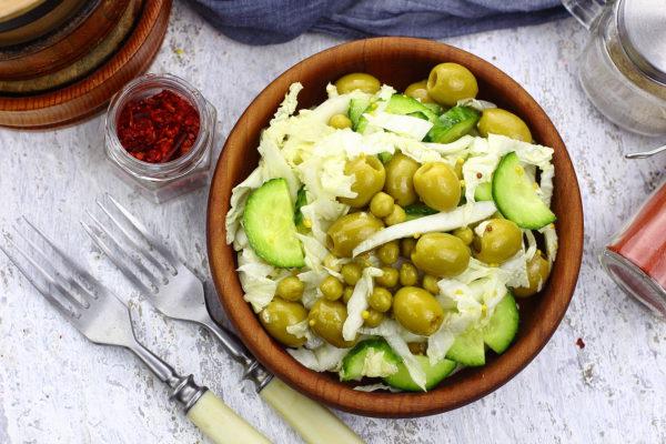 Салат с пекинской капустой и оливками