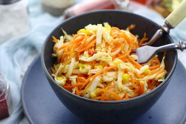 Салат с пекинской капустой, морковью и кукурузой