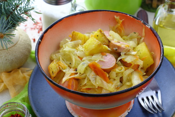 Капуста, тушенная с картошкой и сосисками