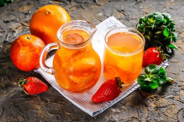Компот из клубники, ананаса и апельсинов