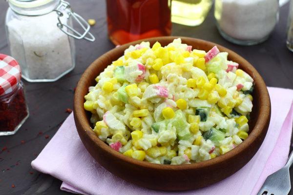 Кукурузный салат с рисом и крабовыми палочками