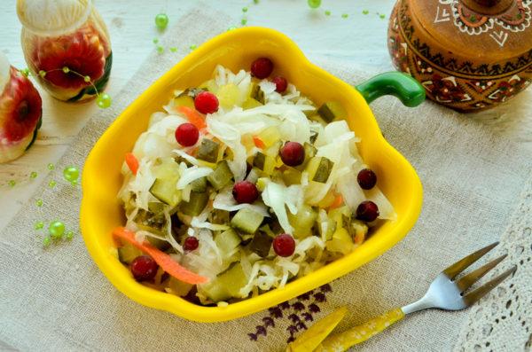 Салат из квашеной капусты и соленых огурцов