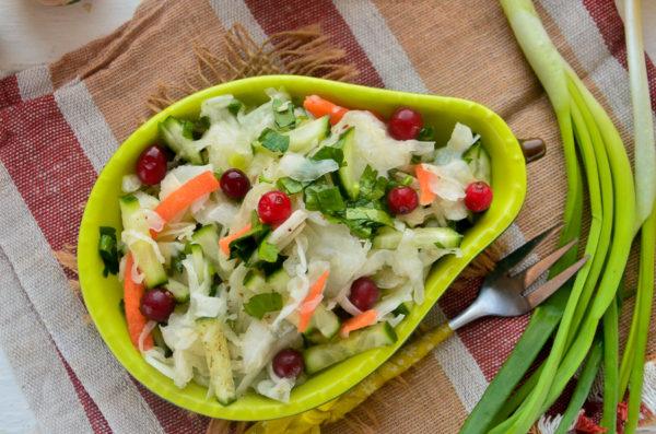 Салат из огурцов и квашеной капусты