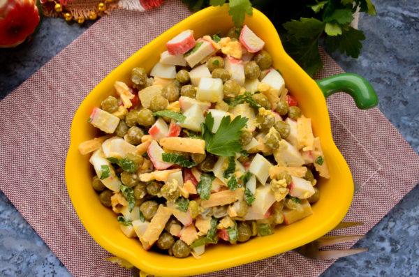 Салат с крабовыми палочками, горошком и яйцом