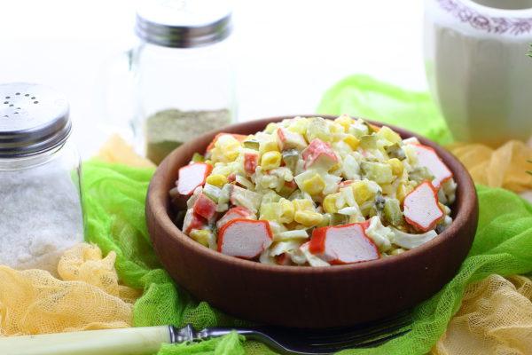 Салат с крабовыми палочками, рисом, кукурузой и яйцом