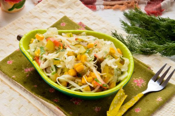 Салат с квашеной капустой и кукурузой
