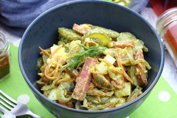 Салат с жареными грибами и колбасой